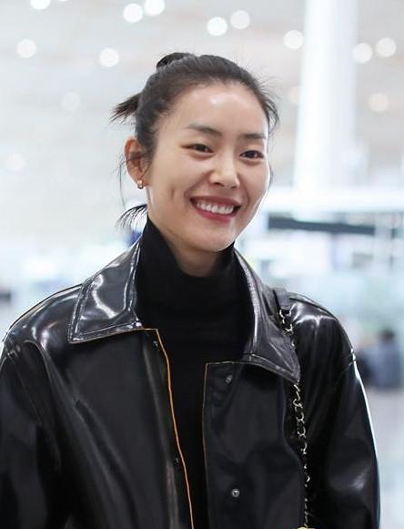 刘雯自信秀素颜 造型简约而不失时尚感