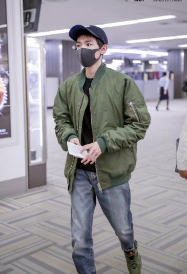 王源帅气现身机场街拍 衣服脏了上热搜