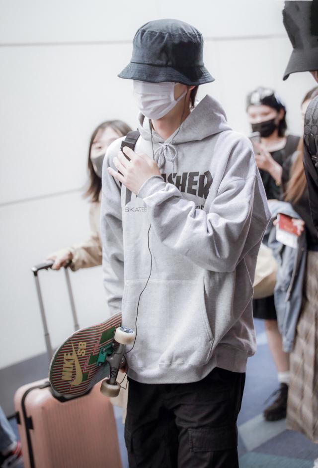 王一博洗包后现身机场街拍 卫衣抽绳还特意打了蝴蝶结