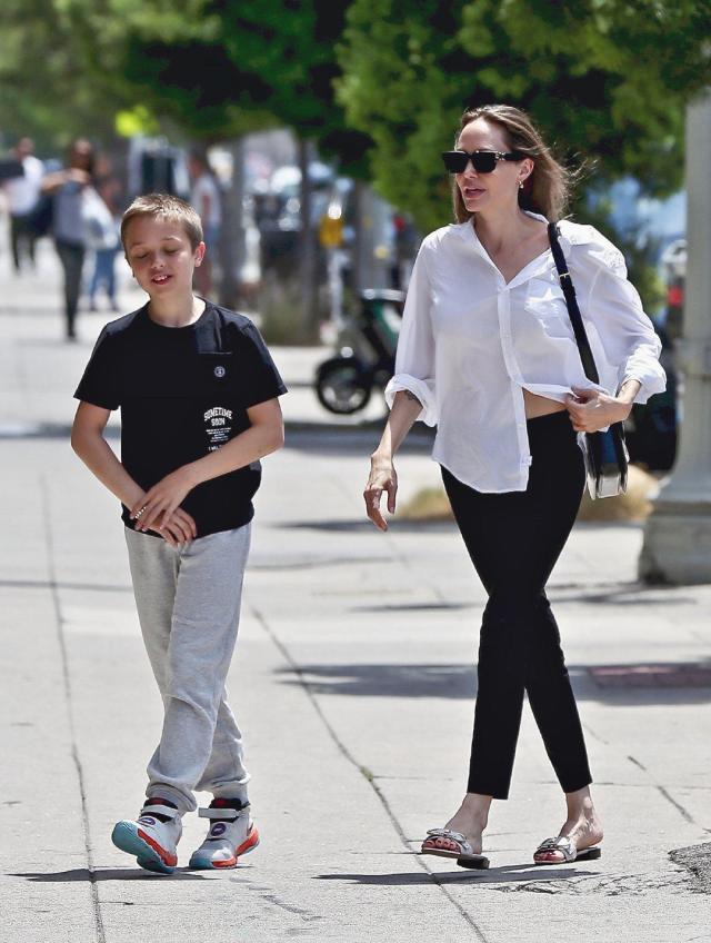 安吉丽娜·朱莉的生图街拍 基础款白色衬衫配黑色九分裤高级大气!