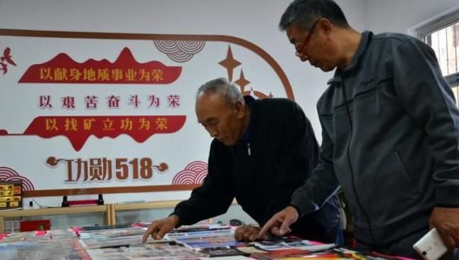 七旬老教师痴迷红色收藏 举办红色收藏展