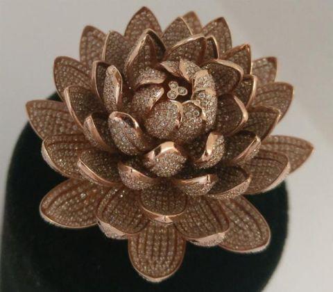 一枚镶有6690颗钻石的荷花造型戒指打破吉尼斯世界纪录