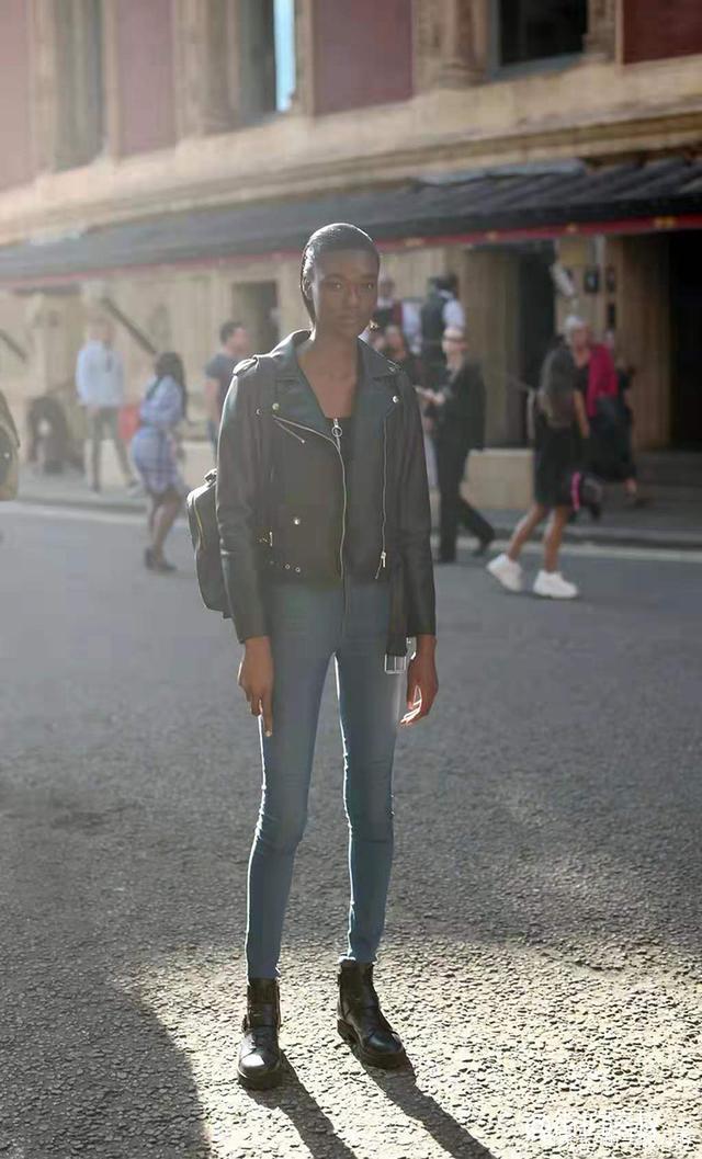 看伦敦时装周秀场外模特穿搭 街头也可以气场满满!