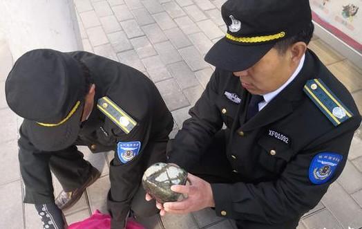鄭州一男子粗心掉落價值一萬元的玉石 巡防員幫忙尋回
