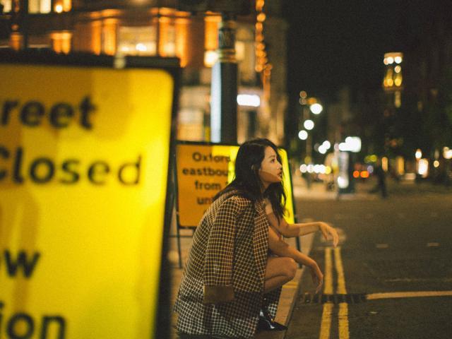 李沁最新伦敦街拍上线 身穿大版格纹西装帅气又洒脱!