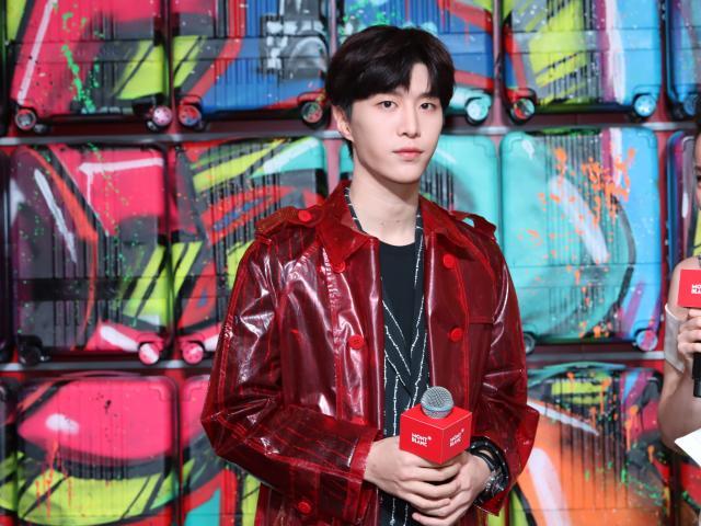 范丞丞撞衫肖战 同穿红色透明风衣你更喜欢谁的搭配?