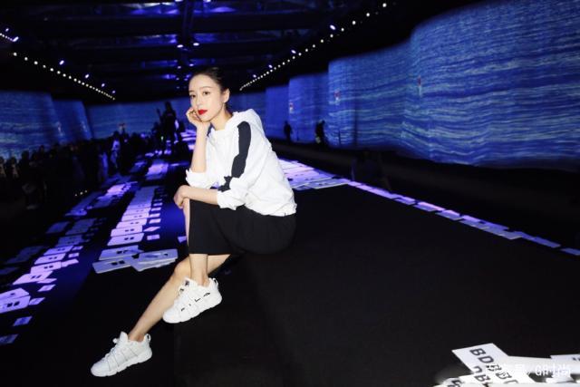 张静初亮相巴黎時裝周 一袭优雅的黑色V领连衣裙真的很浪漫!
