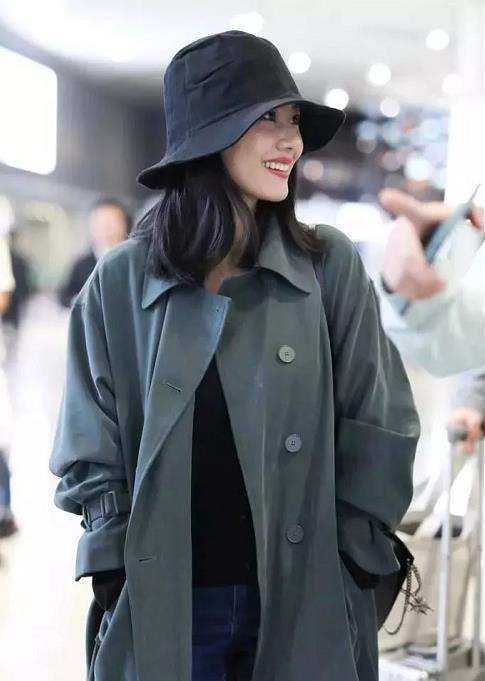 """女神高圆圆街拍 当了妈的她时尚穿搭也不会""""老"""""""