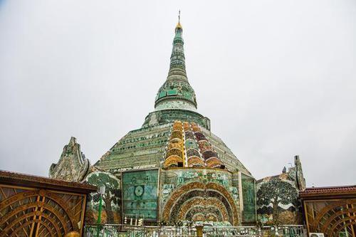 花费1500万吨的翡翠原石打造的翡翠佛塔