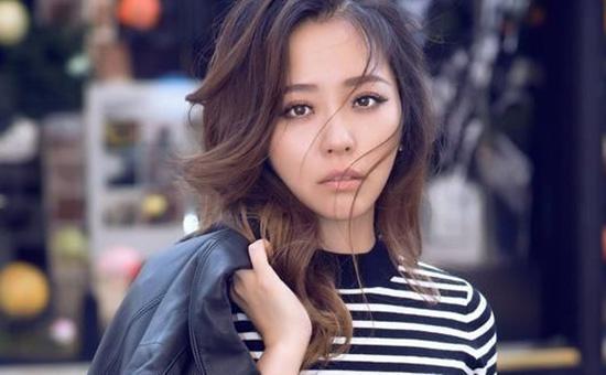 张靓颖佩戴是周六福×悦·Fashionweek系列现身巴黎时装周 演绎国风潮流之美