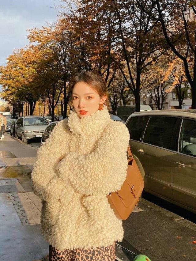 冬季怎么可以少了这样一件羊羔毛外套呢?