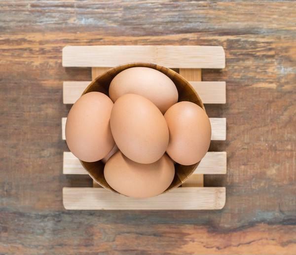 """鸡蛋价格高位""""陨落"""" 抄底时机到了吗?"""