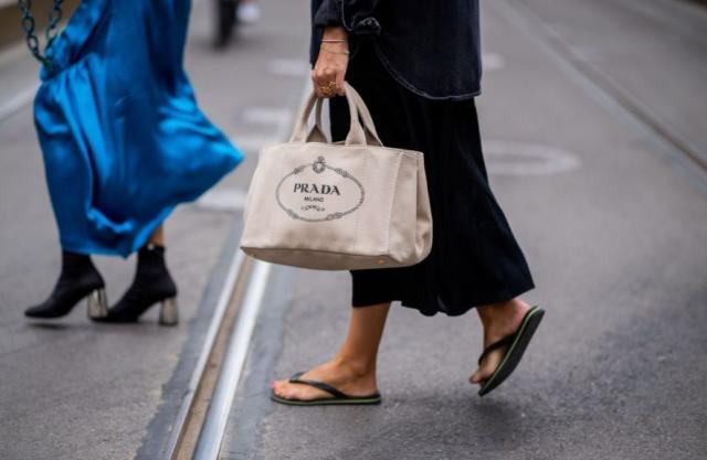 8种出街款手拎包包穿搭 背出女人味!