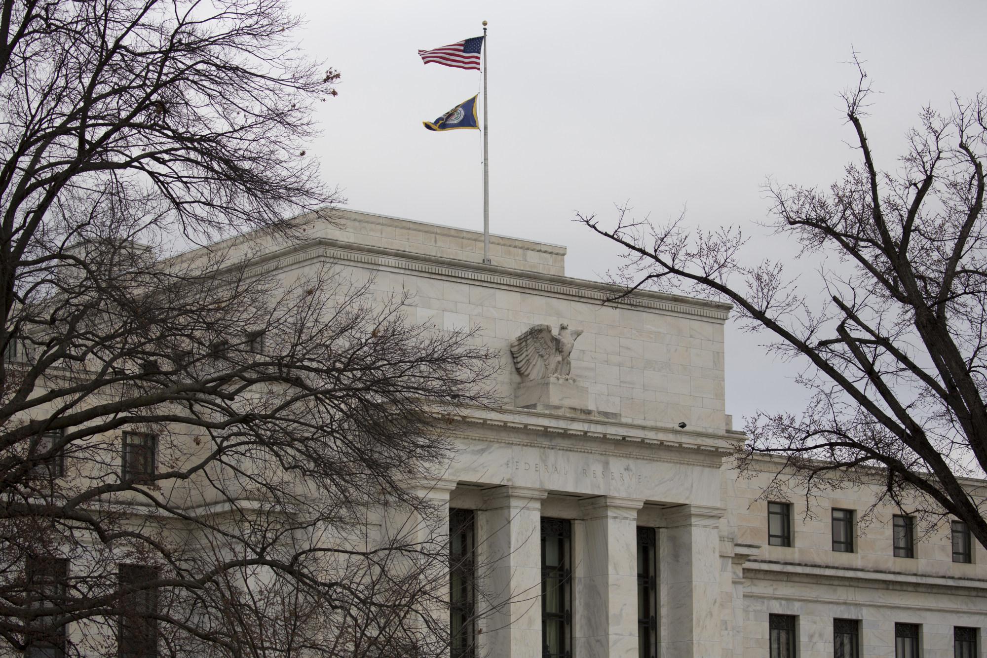 美元跌至两周低位 因数据不祥之兆及特朗普再度指责