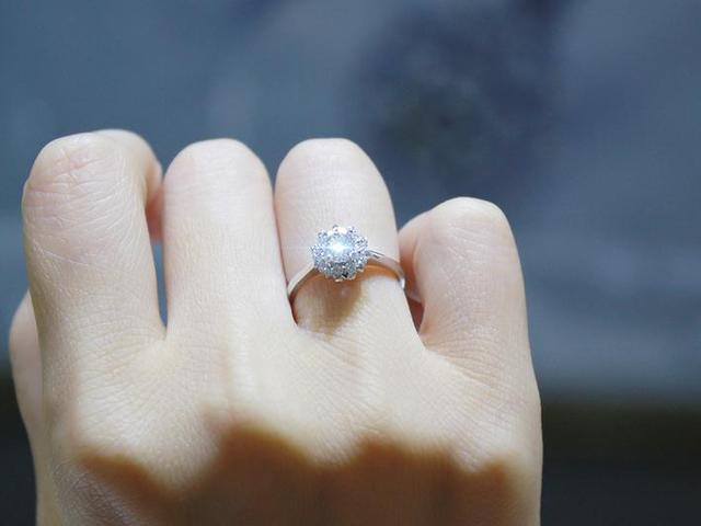 掌握这些小窍门 让你戒指上的钻石比它真正的尺寸要更为显大!