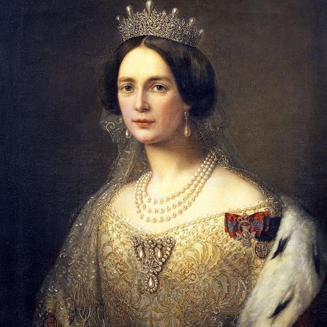 用黄金和宝石堆砌而成的皇冠 华丽而又高贵!