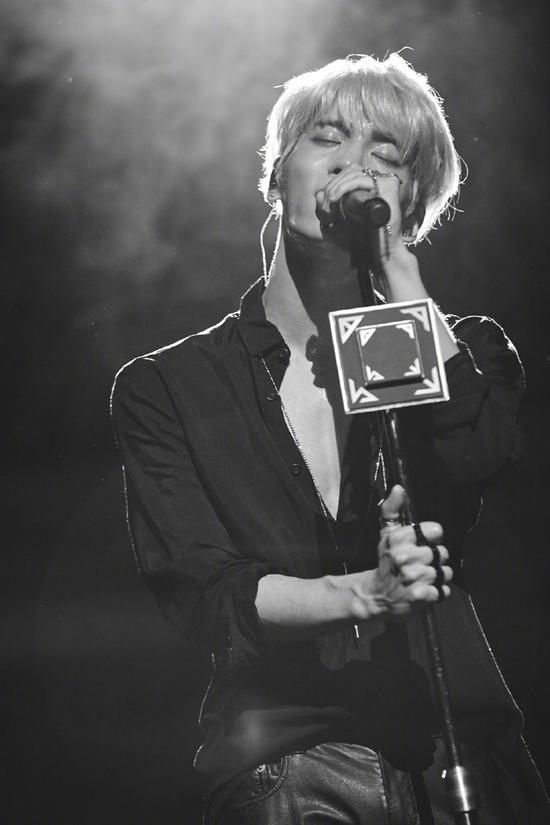 """SM上传金钟铉照片 并配文""""我们爱你"""""""