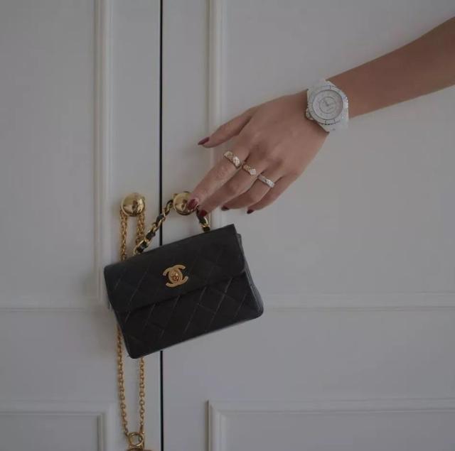 要说最受欢迎的一款包包 Chanel经典翻盖绝对当仁不让!