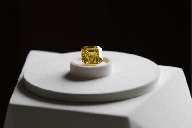 ALROSA出售20.69克拉黄色火烈鸟钻石