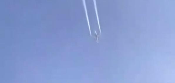 洛杉矶一波音777客机紧急空中放油 燃油落进学校致多人受伤