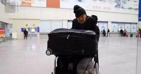老人推轮椅千里赴京 只为看望身患肺癌的老伴