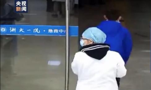男孩医院捐1000元钱转身跑走 工作人员都没反应过来