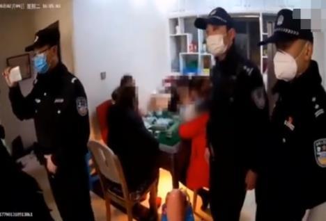 民警收走麻将中的四个壹万 还进行了严厉批评教育