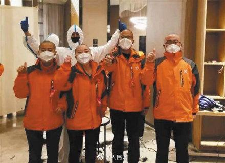医疗队女队员理平头 3位理发师工作了11个半小时