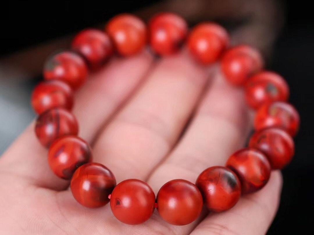 红润的南红玛瑙出现白色物质 这是为什么?