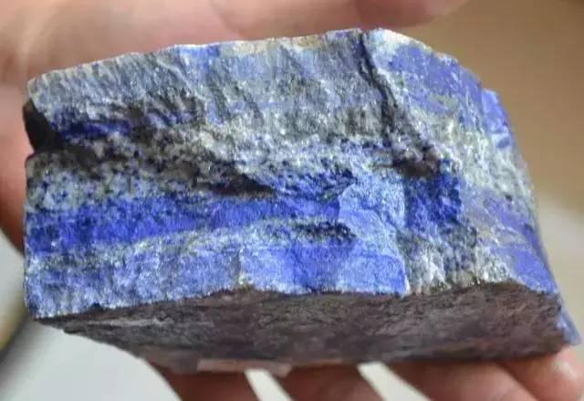那些无白无金特别便宜的青金石很可能是染色的