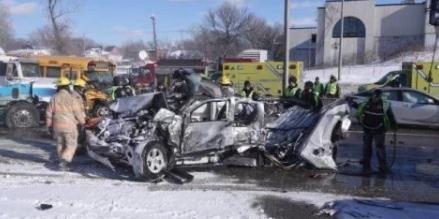 加拿大200辆车相撞 或是突然出现的白盲所致