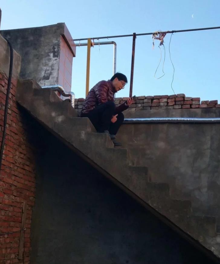 为有更好的网络信号 高校一副院长爬上屋顶直播授课