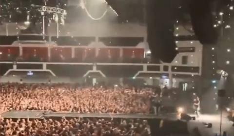 英国数千人挤爆演唱会 该行为遭到网友批评