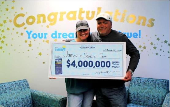 男子豪掷一万美元购刮彩 妻子意外刮中400万大奖