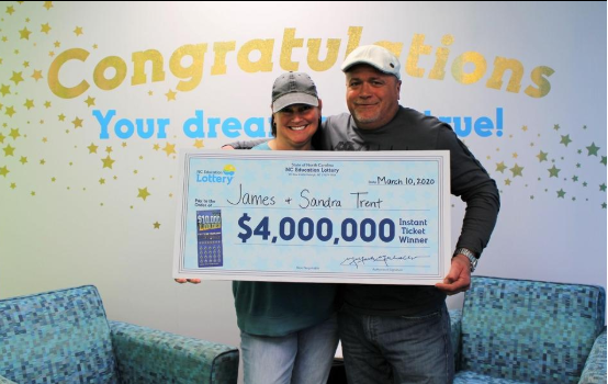 美国一对新婚夫妇喜中400万美元大奖 按约定平分奖金