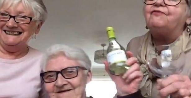 英国老奶奶抱团隔离 在疫情面前选择共同面对