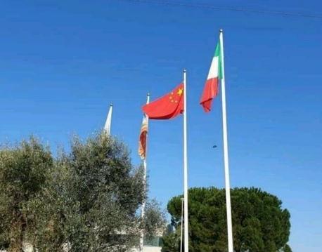 意大利多地居民降下欧盟旗帜 挂起中国国旗