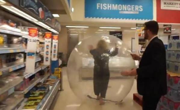 英国女子进充气球一路滚进超市 路人被惊得目瞪口呆