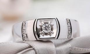 戒指戴在不同的手指上有不同的寓意 男生右手食指带戒指有何寓意?