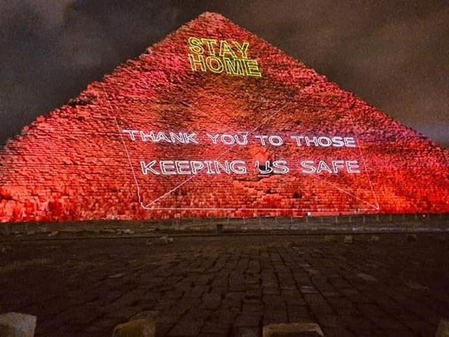埃及点红金字塔 号召全国人民万众一心抗疫