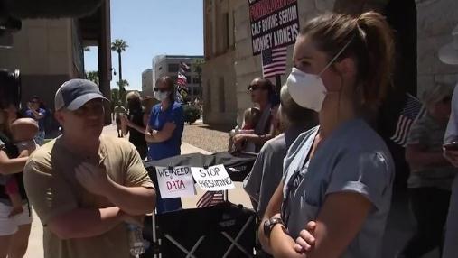 美国一护士静默对抗示威者 表示现在重启经济十分危险