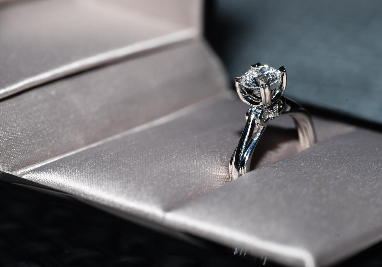 钻戒辨真假主要从两个方面来考虑:即钻石和戒托