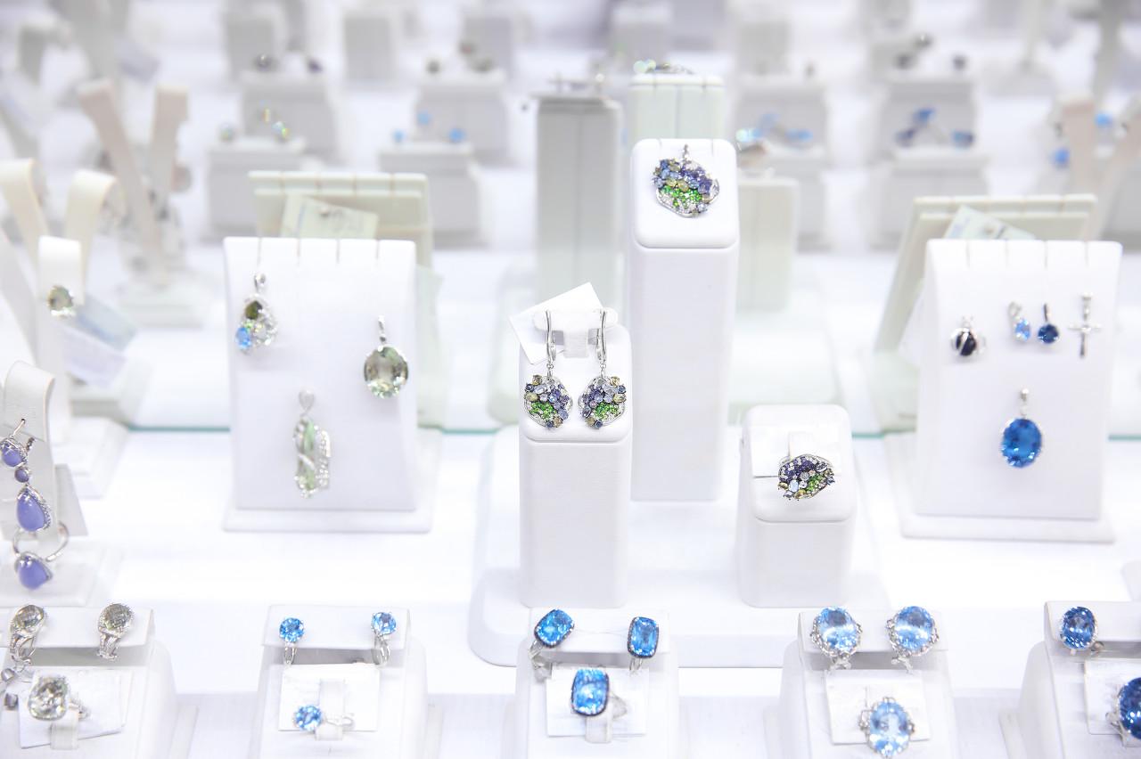菲利普斯拍卖行在纽约推出回顾珠宝展 特殊材质打造大胆而充满未来感