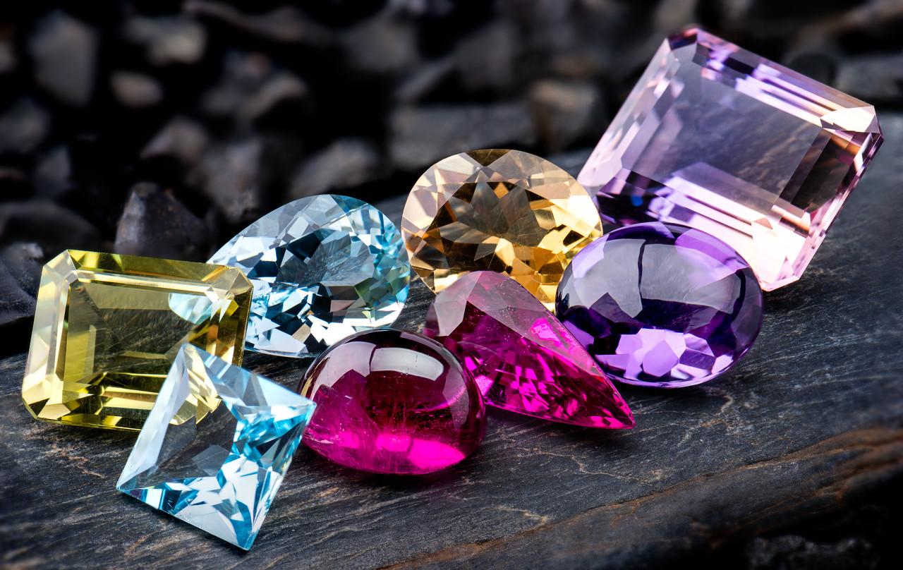 英国珠宝设计师 Stephen Webster推出珠宝新品 呈现色彩更丰富的几何造型