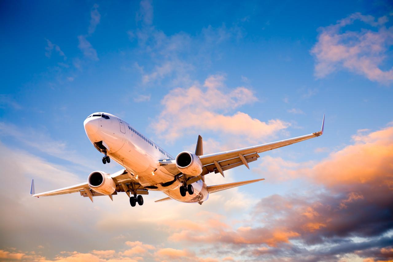 飞机相撞坠入居民区 两架飞机上的五人全部遇难