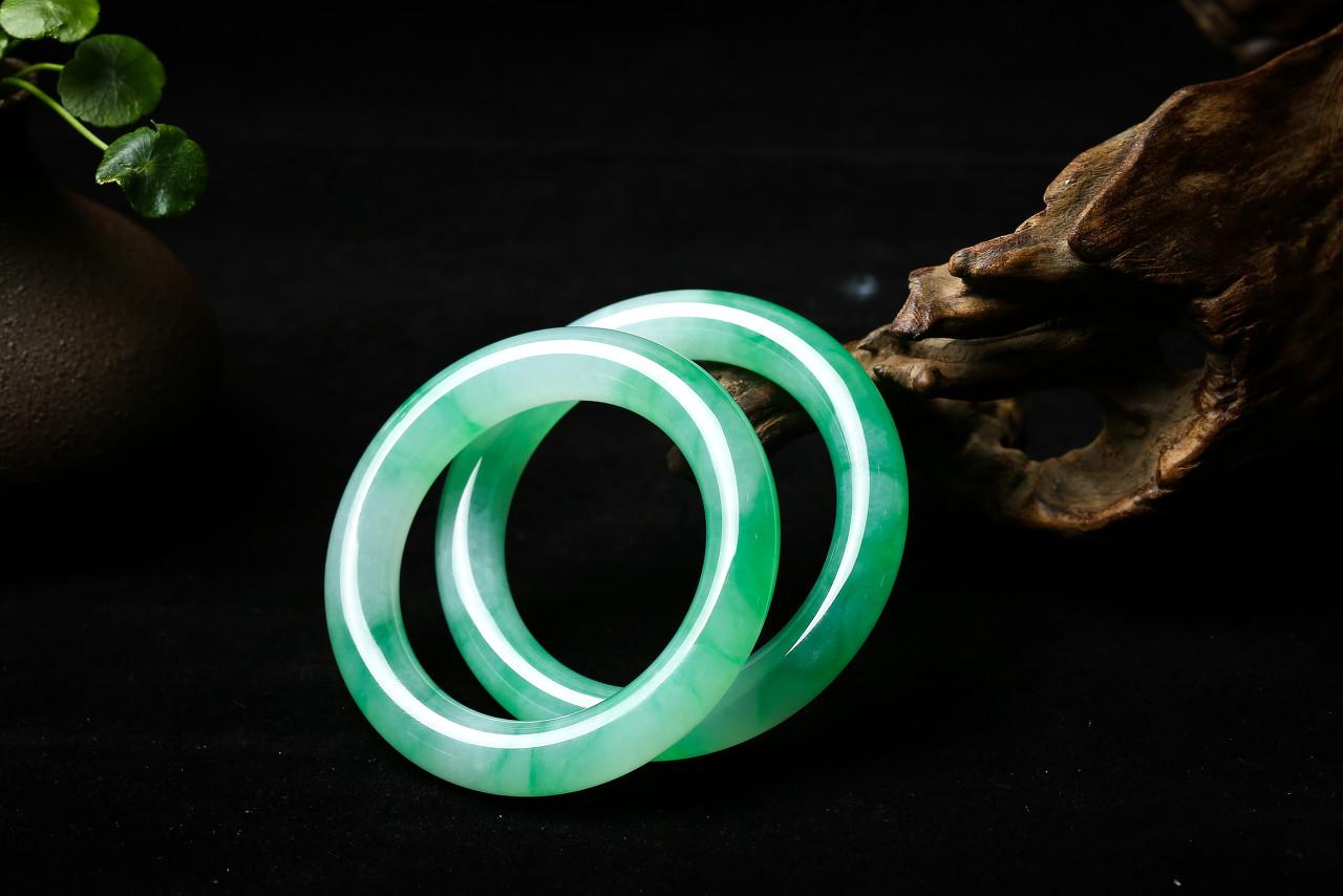 天然满绿玻璃种翡翠配钻石「平安无事」牌亮相华艺国际 以5635万元高价成交