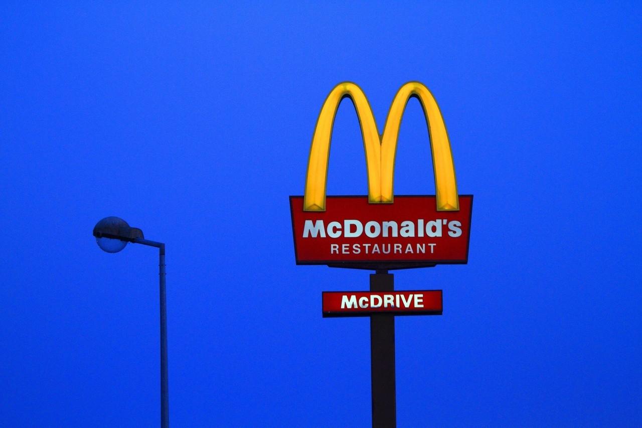 麦当劳回应员工用拖把擦座椅:具体情况不便透露