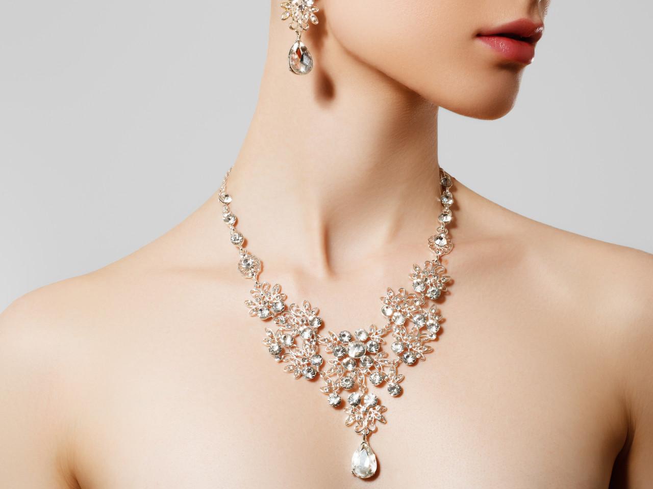 海瑞·温斯顿古董钻石耳钉以39万美元的高价成交