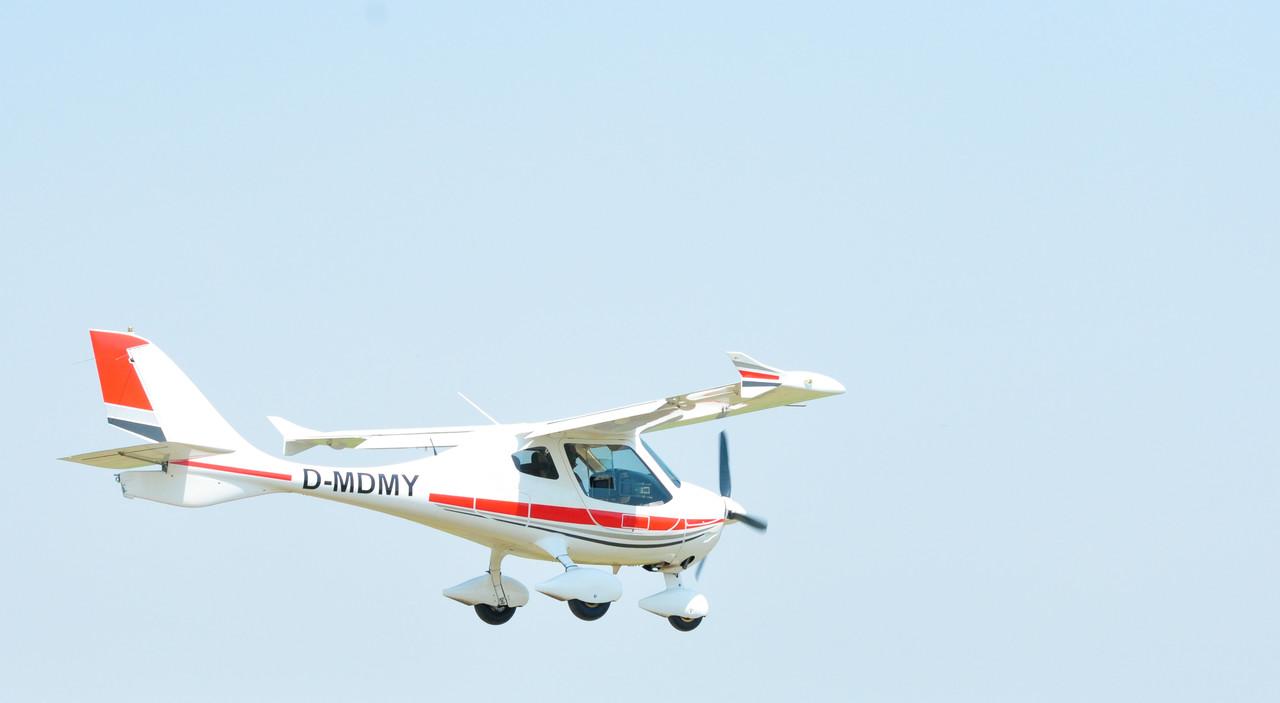 印度一飞机被卡天桥 是一架已被卖掉的报废飞机