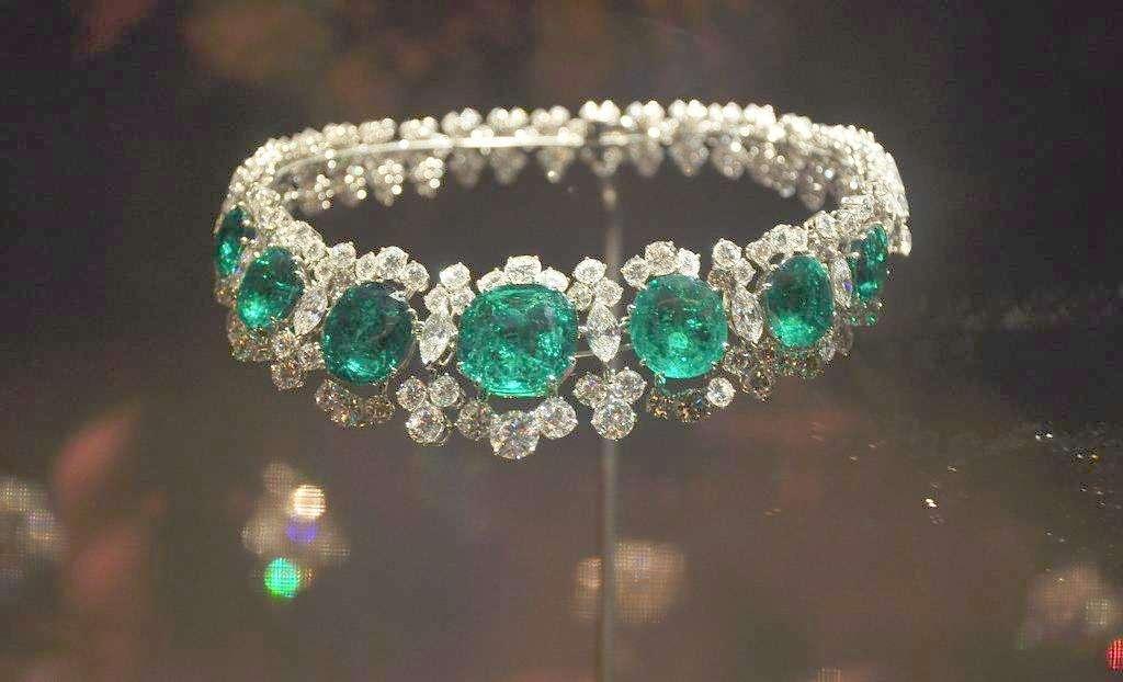 珠宝也要选择自己适合的颜色,你知道你适合佩戴什么吗?